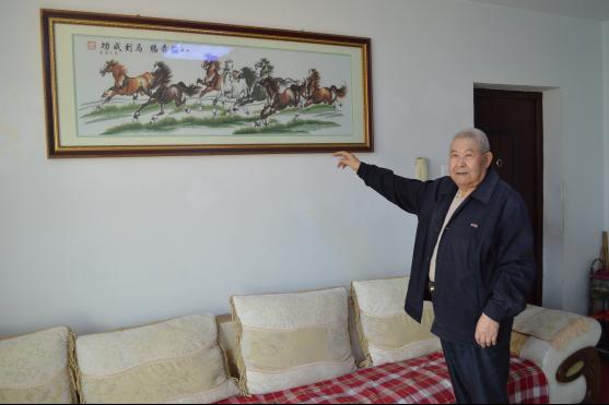 78岁老人绣出八马骏图十字绣