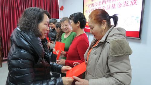 1月13日,兵团妇联发展权益部部长米荣到第八师147团参加了贫困妇女两癌救助发放仪式,并为接收救助的患病妇女每人送上了全国妇联两癌专项救助金10000元。 (2).JPG