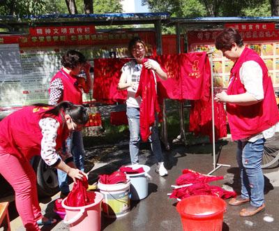 志愿者们洗的洗晒得晒.jpg